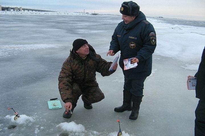 Нижегородские спасатели сняли с льдины пятерых рыбаков