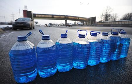 Жидкость для стеклоомывателей с превышением метанола в 60 раз обнаружена в Татарстане