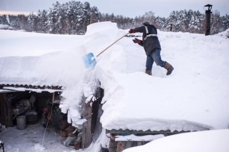 Крыши двух жилых домов обрушились под тяжестью снега в удмуртском поселке
