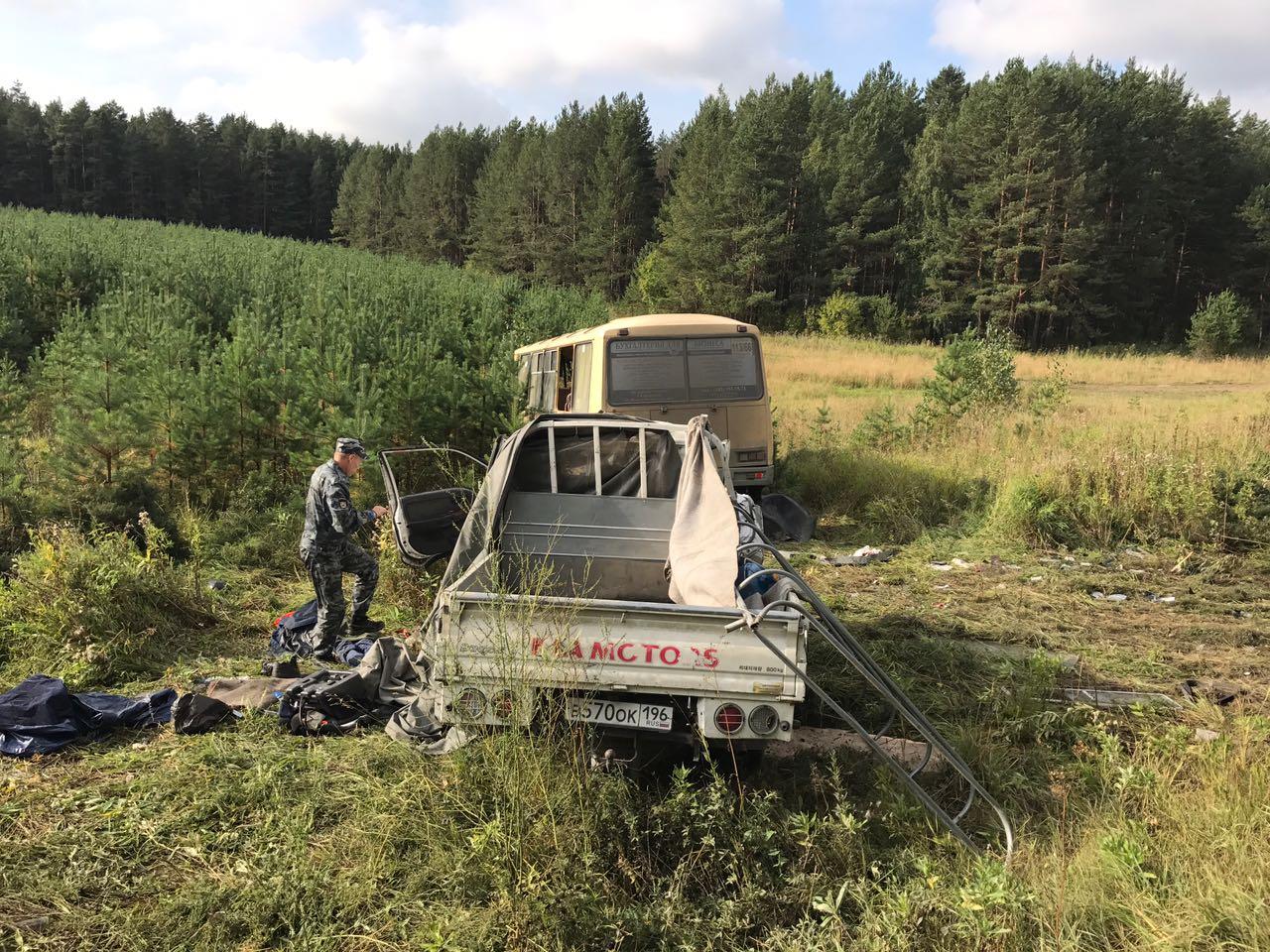 Один человек погиб, 13 пострадали в ДТП с автобусом в Свердловской области