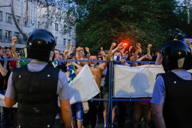 Самарских футбольных болельщиков подозревают в нападении на полицейских в Оренбурге