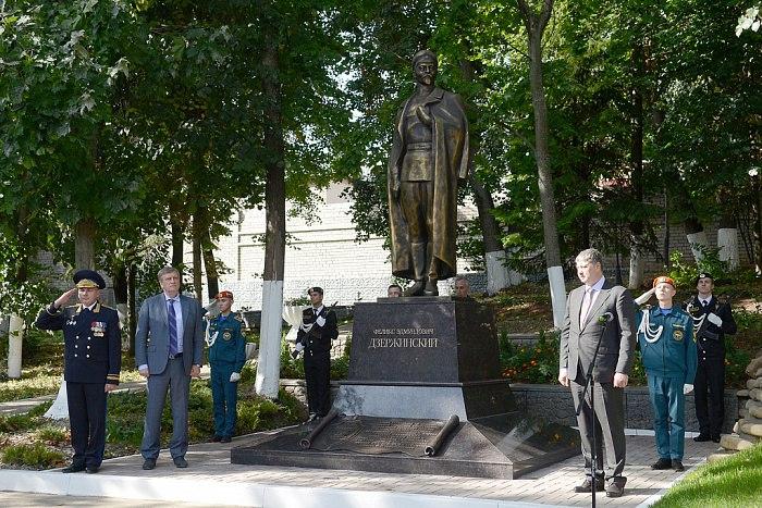 Двухметровый чугунный памятник Дзержинскому установили в Кирове