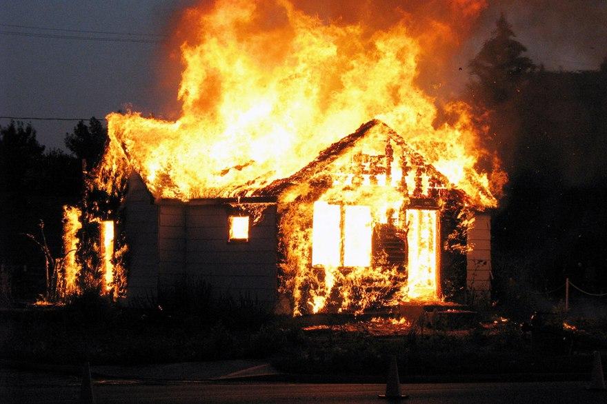 Четыре человека погибли на пожаре в частном доме в Пермском крае
