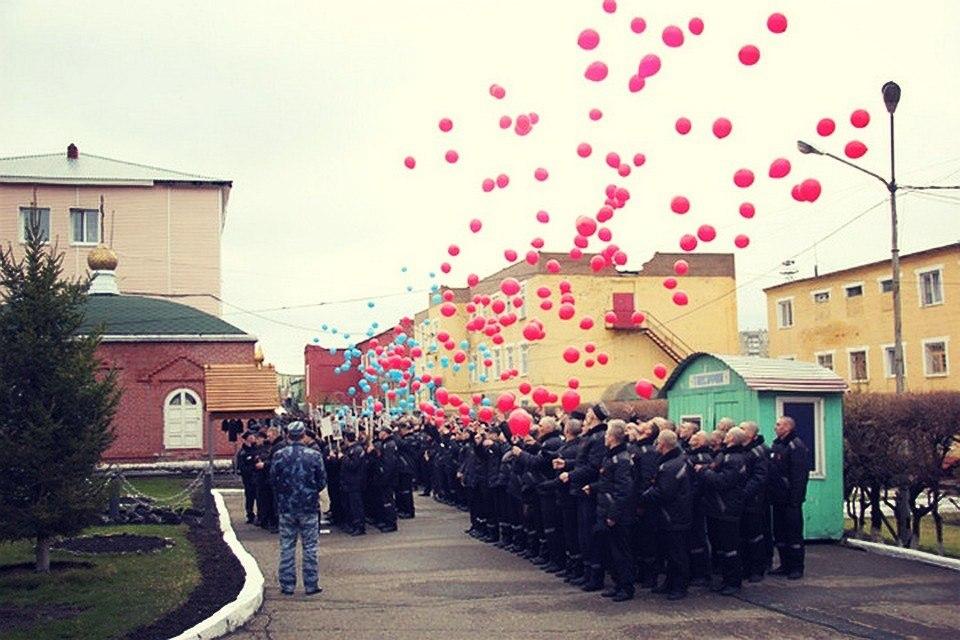Кемеровские заключенные в День Победы выпустили в небо 650 воздушных шаров