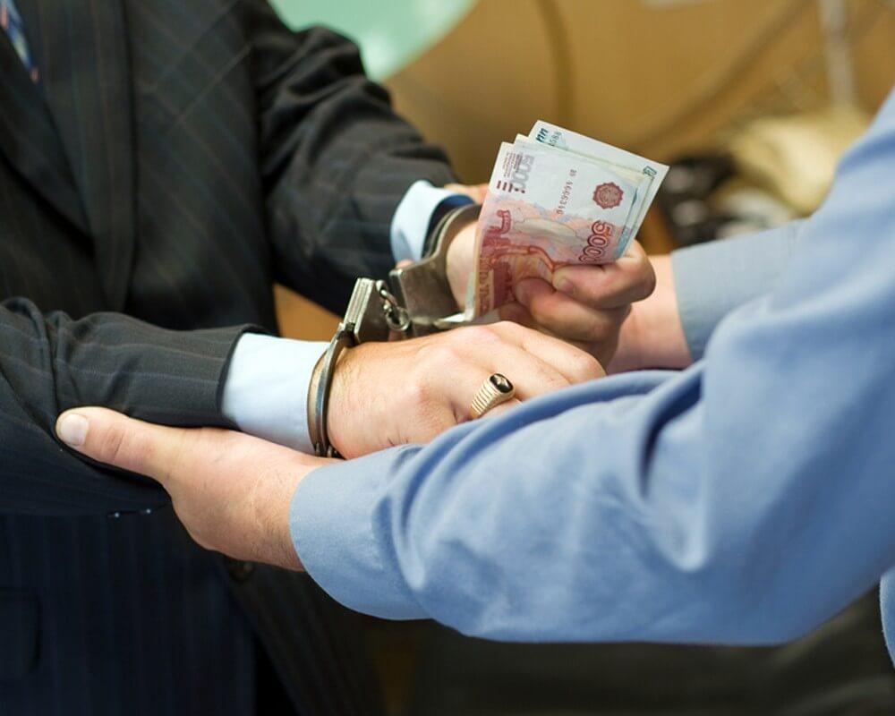 Саратовский чиновник обвиняется в получении 18 млн рублей взятки