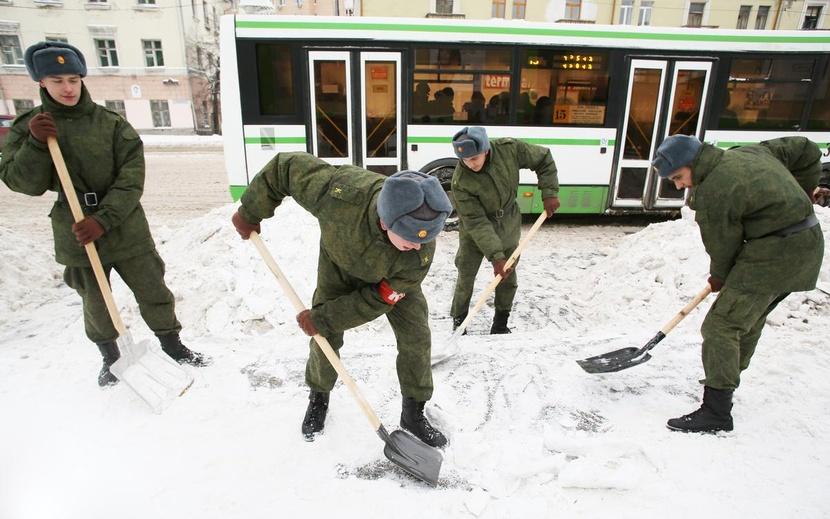 Спасатели и военные привлечены к ликвидации последствий снегопада в Саратовской области