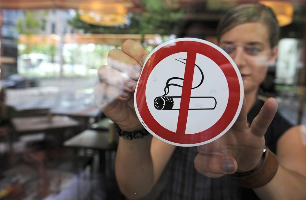 В Удмуртии запретили курить на остановках и около кафе и госучреждений