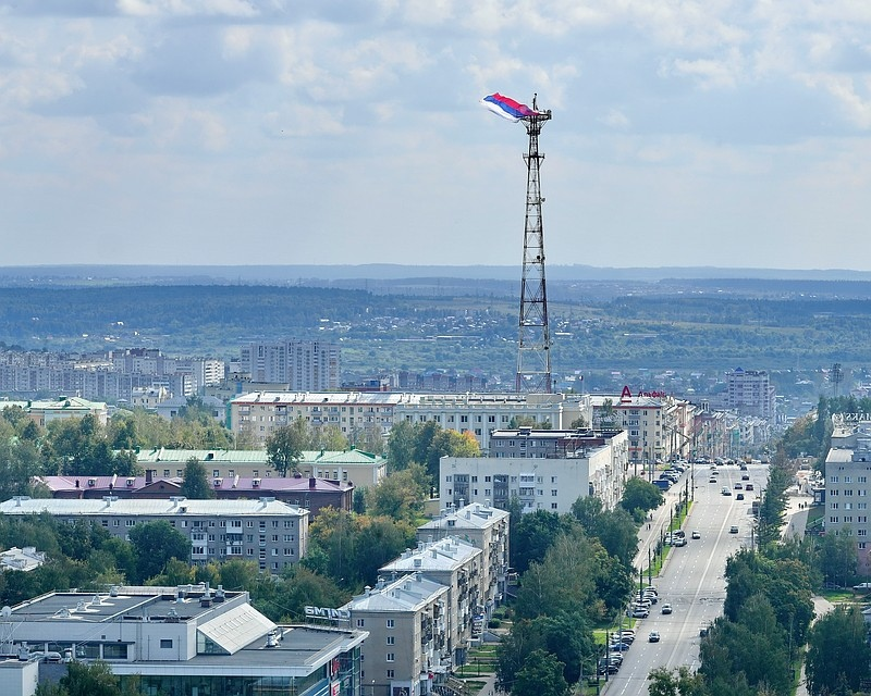 Гигантский российский триколор развернули на самой высокой точке Ижевска