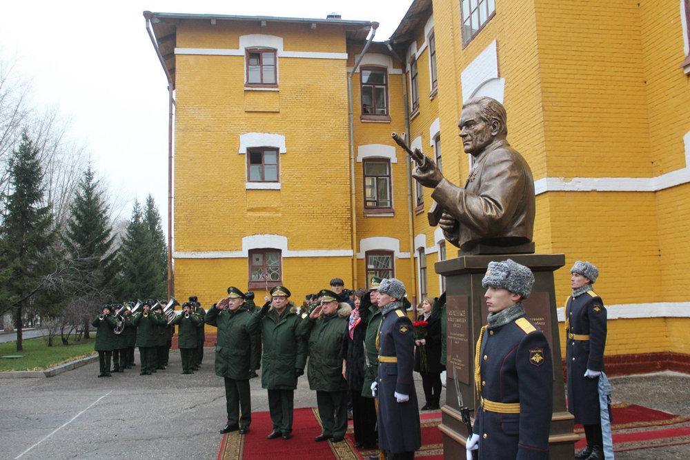 Памятник оружейнику Калашникову открыли к его столетию в Казани