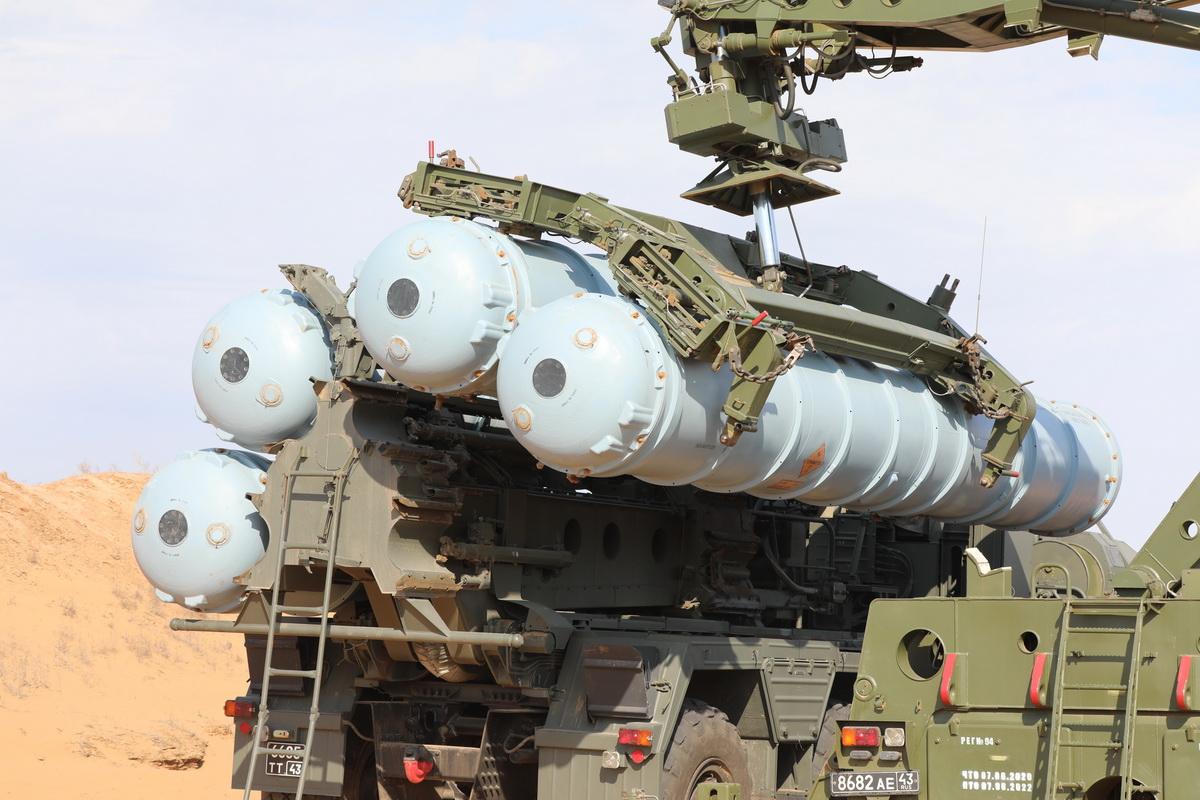 Российские системы С-400 отразили массированный ракетный удар на учениях под Астраханью